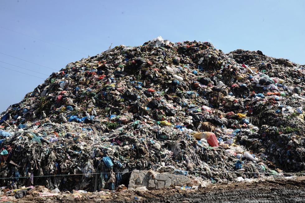 Bãi rác ở Hội An chất thành núi, hôi thúi khủng khiếp - Ảnh 4.
