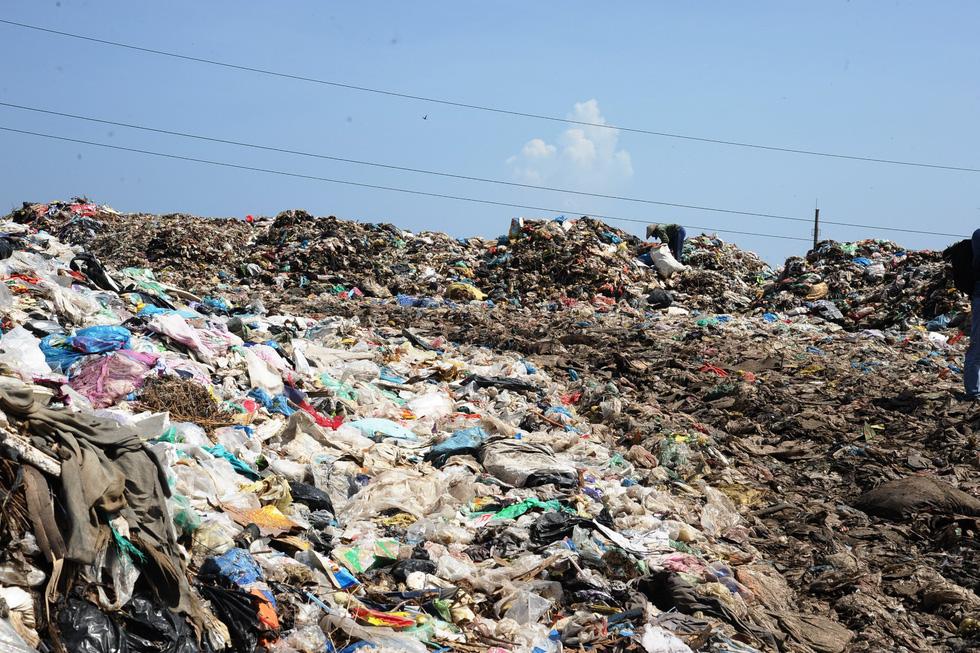 Bãi rác ở Hội An chất thành núi, hôi thúi khủng khiếp - Ảnh 8.