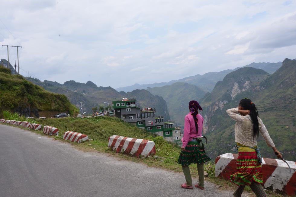 Mặc đề nghị dỡ bỏ, Mã Pì Lèng Panorama bất ngờ phủ sơn xanh lá - Ảnh 5.