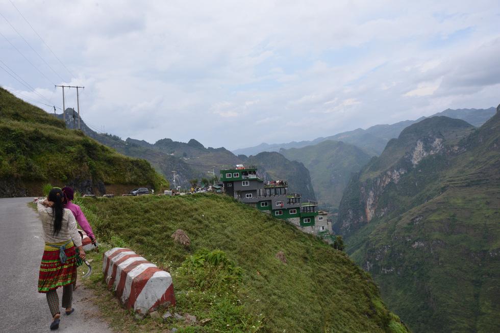 Mặc đề nghị dỡ bỏ, Mã Pì Lèng Panorama bất ngờ phủ sơn xanh lá - Ảnh 7.
