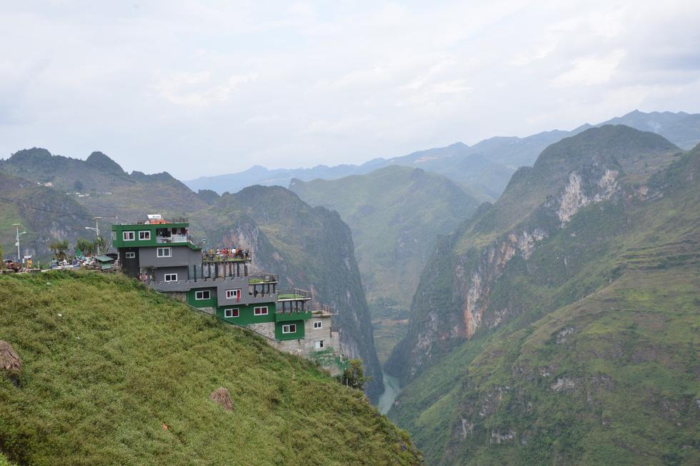 Mặc đề nghị dỡ bỏ, Mã Pì Lèng Panorama bất ngờ phủ sơn xanh lá - Ảnh 6.