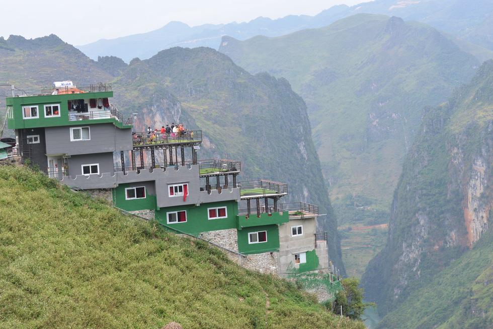 Mặc đề nghị dỡ bỏ, Mã Pì Lèng Panorama bất ngờ phủ sơn xanh lá - Ảnh 1.
