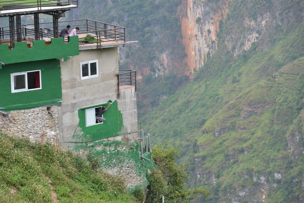 Mặc đề nghị dỡ bỏ, Mã Pì Lèng Panorama bất ngờ phủ sơn xanh lá - Ảnh 4.