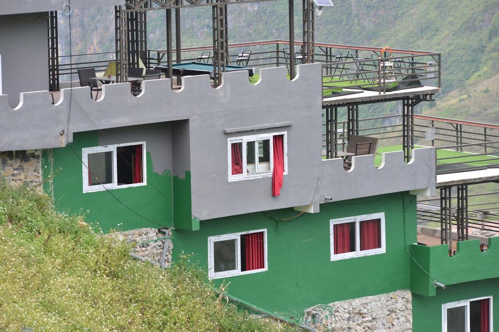 Mặc đề nghị dỡ bỏ, Mã Pì Lèng Panorama bất ngờ phủ sơn xanh lá - Ảnh 3.