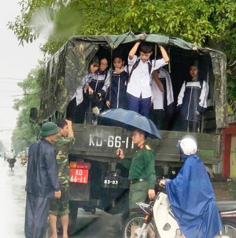 TP Vinh ngập lụt lịch sử, bộ đội đưa xe quân sự giải cứu học sinh - Ảnh 4.