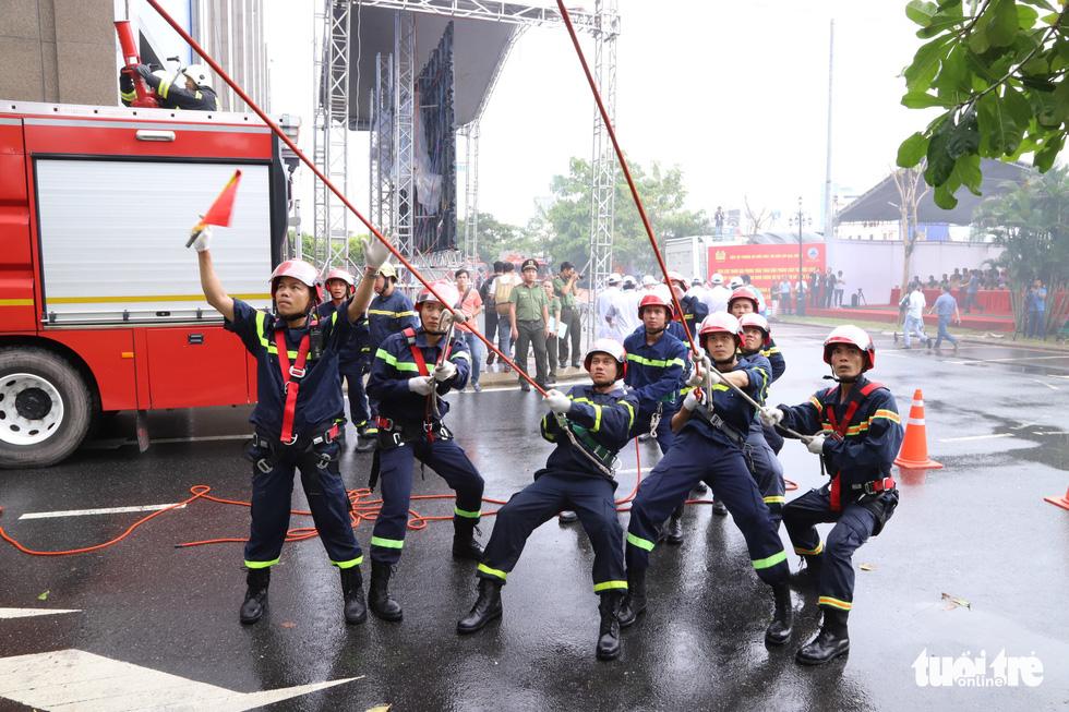 Xe chữa cháy triệu đô cùng trực thăng diễn tập cứu hộ cấp quốc gia - Ảnh 8.