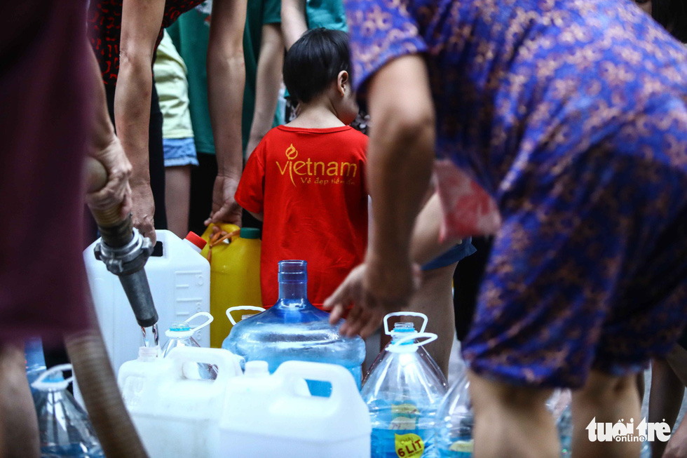 Người dân Hà Nội đội mưa hứng nước sạch - Ảnh 9.