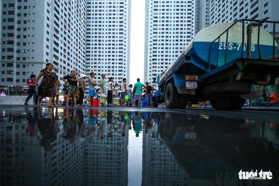 Người dân Hà Nội đội mưa hứng nước sạch - Ảnh 11.