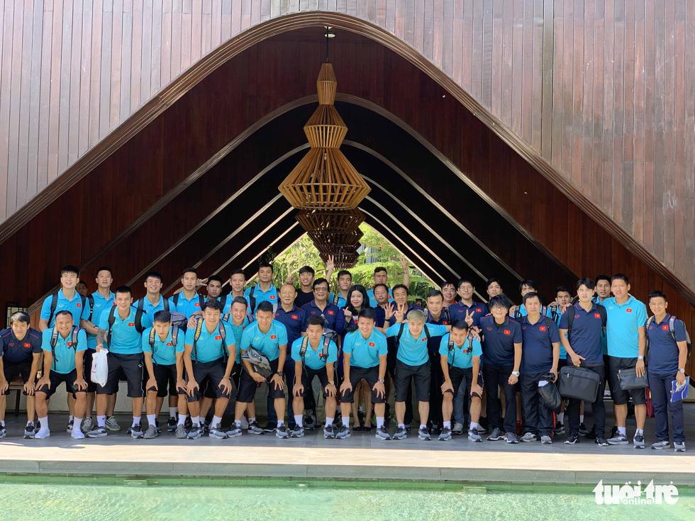 Văn Hậu, Công Phượng, Văn Lâm chia tay các đồng đội rời Bali - Ảnh 5.