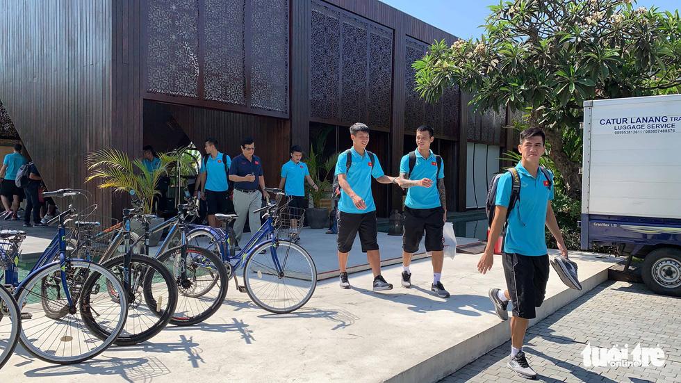 Văn Hậu, Công Phượng, Văn Lâm chia tay các đồng đội rời Bali - Ảnh 7.