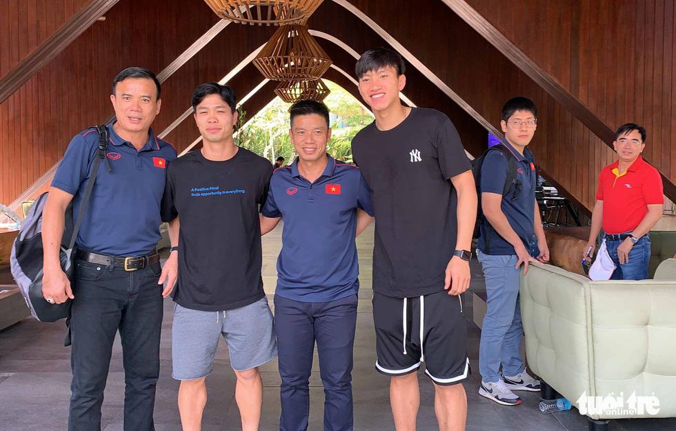 Văn Hậu, Công Phượng, Văn Lâm chia tay các đồng đội rời Bali - Ảnh 8.