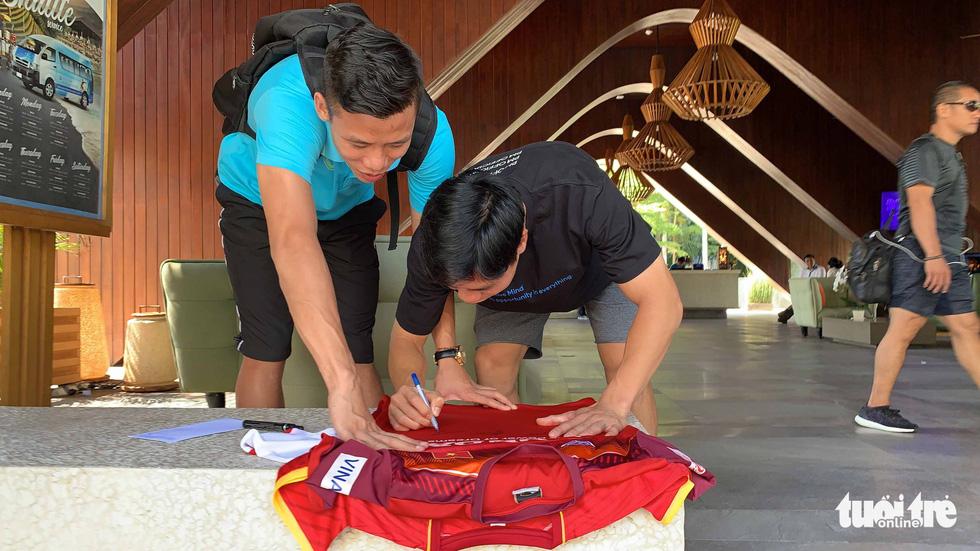 Văn Hậu, Công Phượng, Văn Lâm chia tay các đồng đội rời Bali - Ảnh 9.