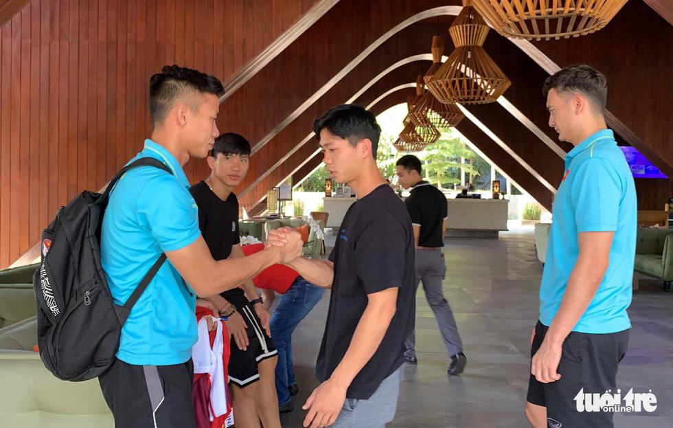 Văn Hậu, Công Phượng, Văn Lâm chia tay các đồng đội rời Bali - Ảnh 10.