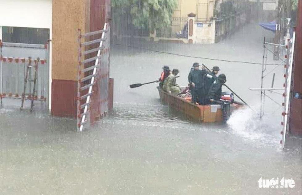 TP Vinh ngập lụt lịch sử, bộ đội đưa xe quân sự giải cứu học sinh - Ảnh 2.