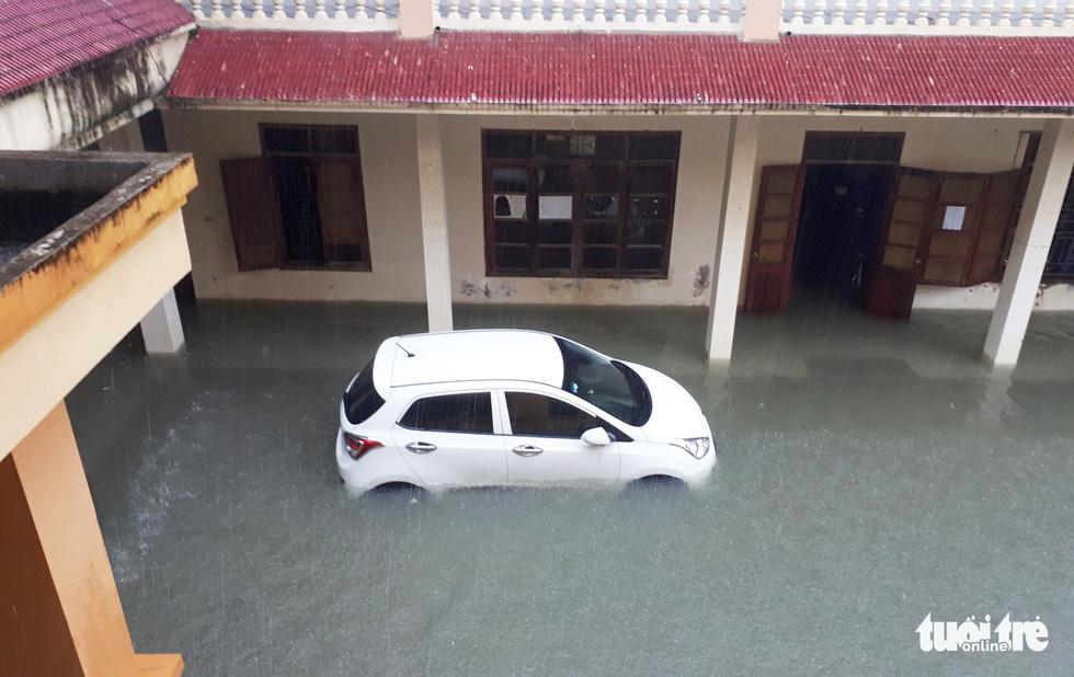 TP Vinh ngập lụt lịch sử, bộ đội đưa xe quân sự giải cứu học sinh - Ảnh 14.