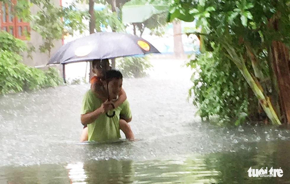 TP Vinh ngập lụt lịch sử, bộ đội đưa xe quân sự giải cứu học sinh - Ảnh 7.