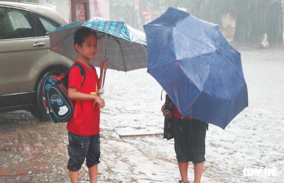 Mưa trắng trời, hàng chục ngàn học sinh Nghệ An - Hà Tĩnh nghỉ học - Ảnh 1.