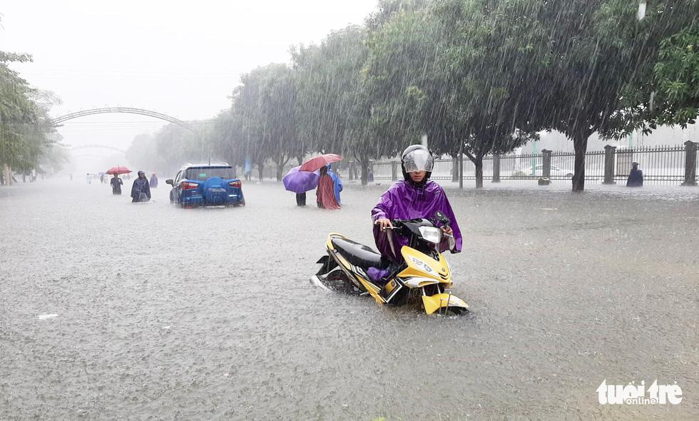 TP Vinh ngập lụt lịch sử, bộ đội đưa xe quân sự giải cứu học sinh - Ảnh 1.