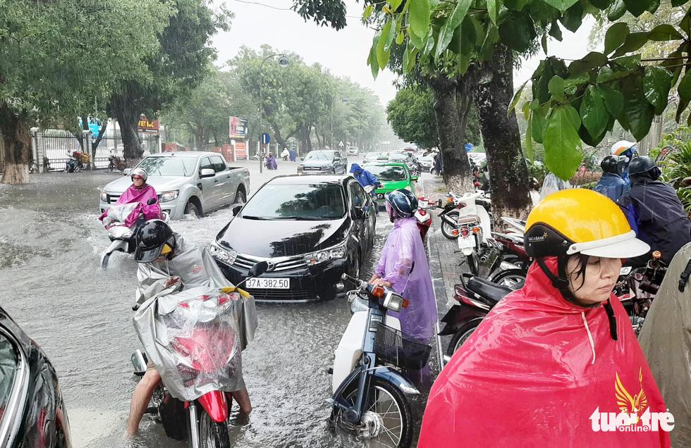 TP Vinh ngập lụt lịch sử, bộ đội đưa xe quân sự giải cứu học sinh - Ảnh 10.