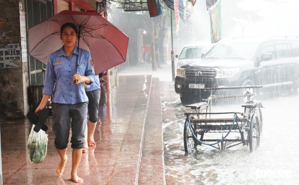 Mưa trắng trời, hàng chục ngàn học sinh Nghệ An - Hà Tĩnh nghỉ học - Ảnh 8.