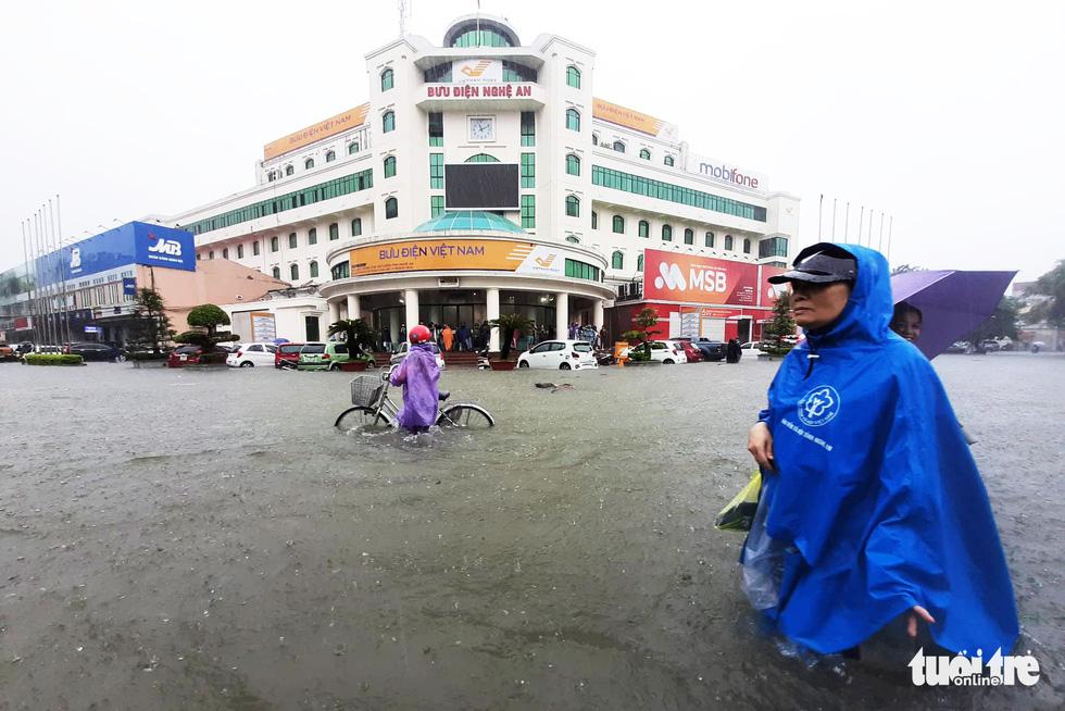 TP Vinh ngập lụt lịch sử, bộ đội đưa xe quân sự giải cứu học sinh - Ảnh 9.