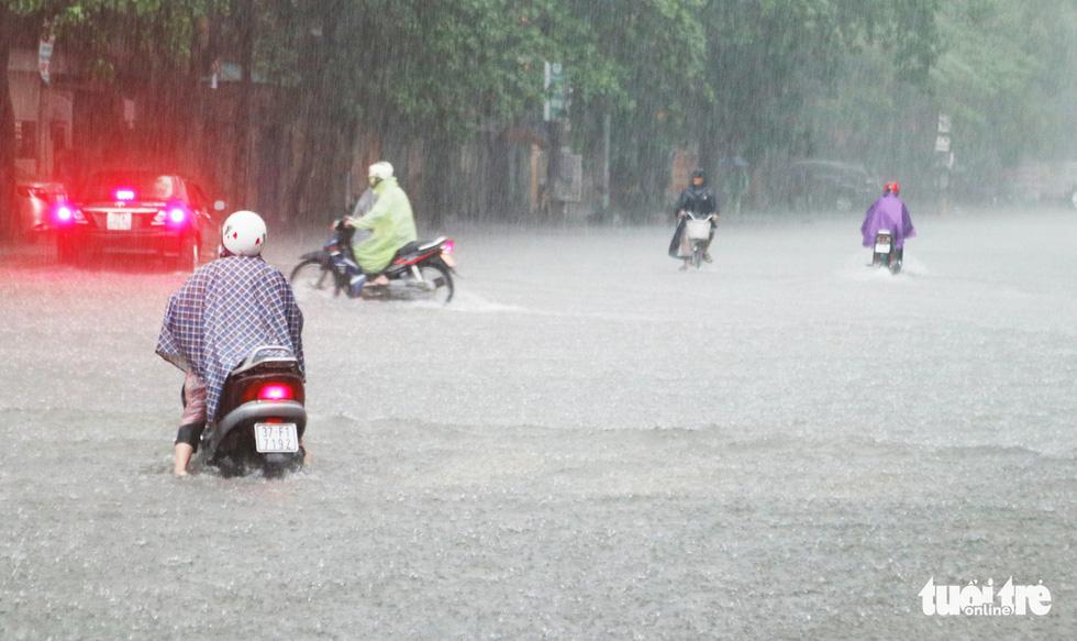 Mưa trắng trời, hàng chục ngàn học sinh Nghệ An - Hà Tĩnh nghỉ học - Ảnh 4.