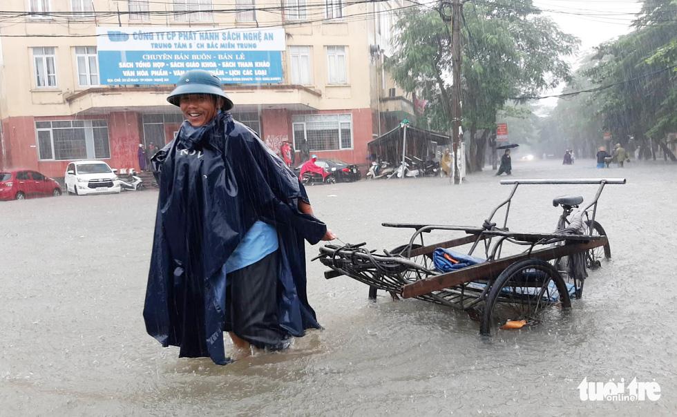 TP Vinh ngập lụt lịch sử, bộ đội đưa xe quân sự giải cứu học sinh - Ảnh 11.
