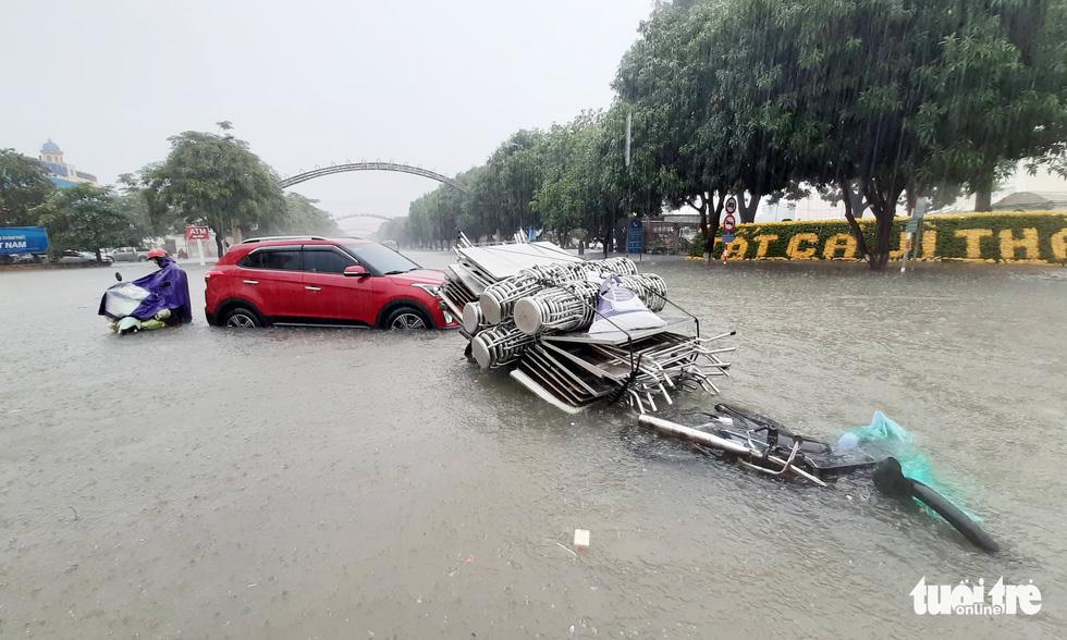 TP Vinh ngập lụt lịch sử, bộ đội đưa xe quân sự giải cứu học sinh - Ảnh 15.
