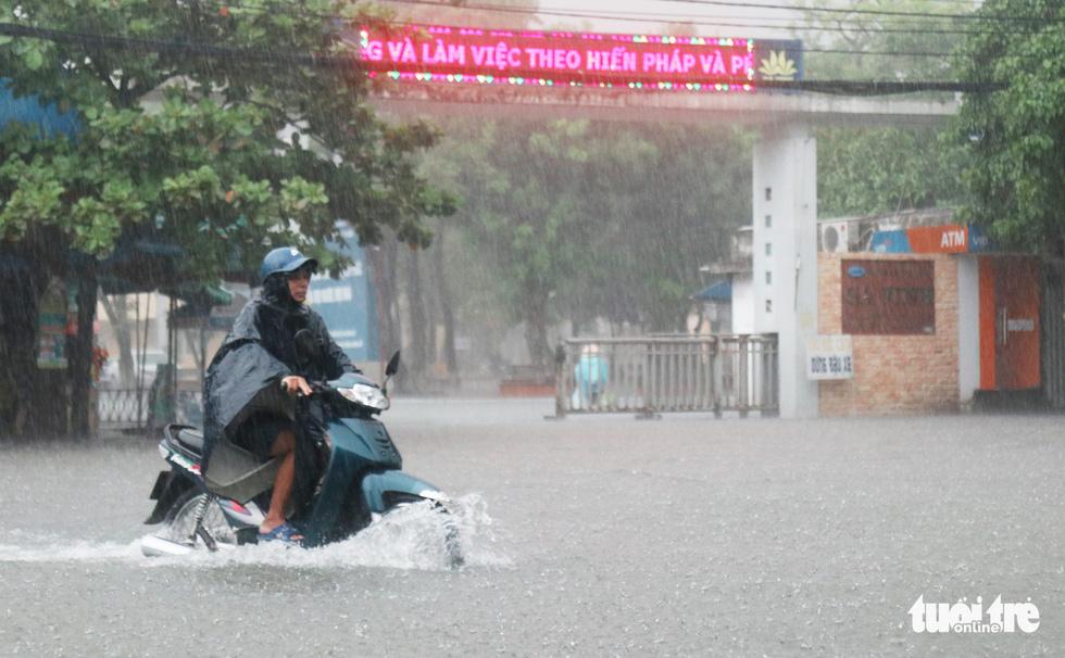 Mưa trắng trời, hàng chục ngàn học sinh Nghệ An - Hà Tĩnh nghỉ học - Ảnh 6.
