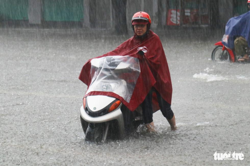 Mưa trắng trời, hàng chục ngàn học sinh Nghệ An - Hà Tĩnh nghỉ học - Ảnh 10.