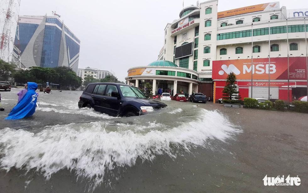 TP Vinh ngập lụt lịch sử, bộ đội đưa xe quân sự giải cứu học sinh - Ảnh 8.