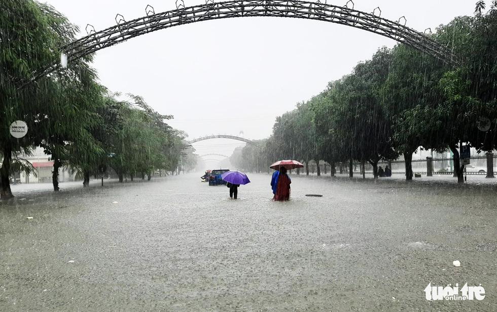 TP Vinh ngập lụt lịch sử, bộ đội đưa xe quân sự giải cứu học sinh - Ảnh 6.