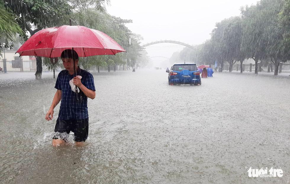 TP Vinh ngập lụt lịch sử, bộ đội đưa xe quân sự giải cứu học sinh - Ảnh 13.