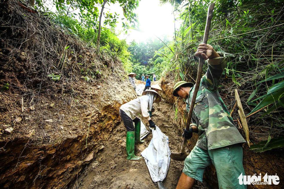 Nơi khởi nguồn sự cố nước sông Đà, mùi dầu thải vẫn xộc lên từ khe suối - Ảnh 3.