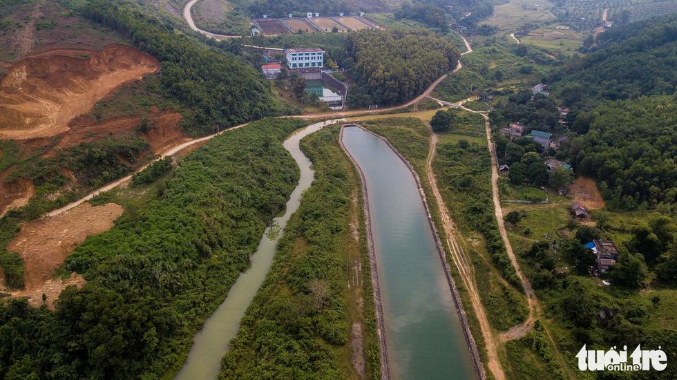 Nơi khởi nguồn sự cố nước sông Đà, mùi dầu thải vẫn xộc lên từ khe suối - Ảnh 7.