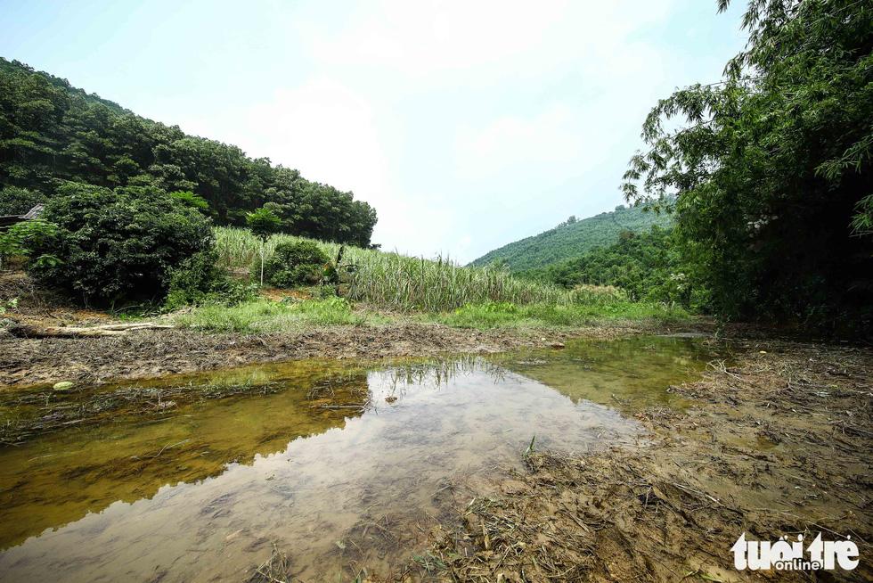 Nơi khởi nguồn sự cố nước sông Đà, mùi dầu thải vẫn xộc lên từ khe suối - Ảnh 8.