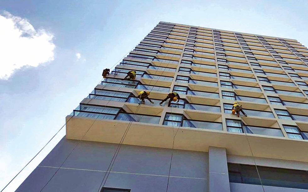 Cô gái treo mình lau kính trên các tòa nhà cao tầng như Người nhện - Ảnh 8.
