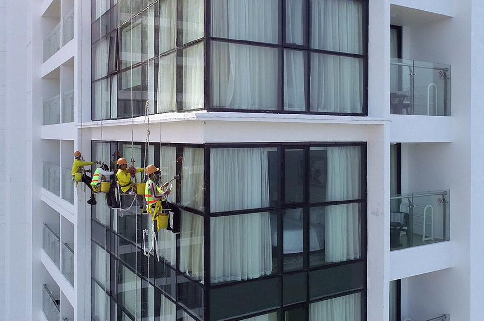 Cô gái treo mình lau kính trên các tòa nhà cao tầng như Người nhện - Ảnh 5.