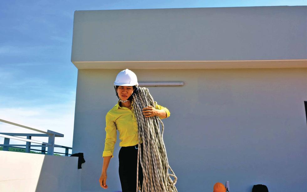 Cô gái treo mình lau kính trên các tòa nhà cao tầng như Người nhện - Ảnh 10.