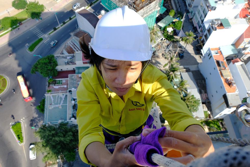 Cô gái treo mình lau kính trên các tòa nhà cao tầng như Người nhện - Ảnh 4.