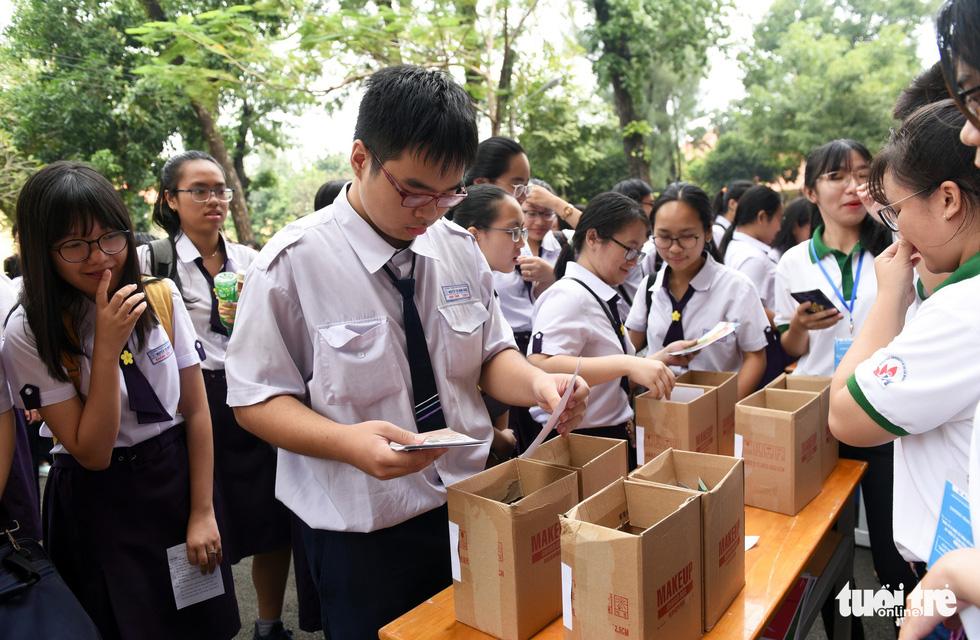 Học trò cấp 3 trổ tài phân loại rác, tìm tuổi cho rác - Ảnh 4.