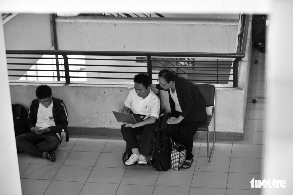 Người mẹ miệt mài cõng con bại liệt đến giảng đường đại học - Ảnh 3.
