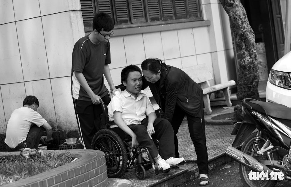 Người mẹ miệt mài cõng con bại liệt đến giảng đường đại học - Ảnh 5.