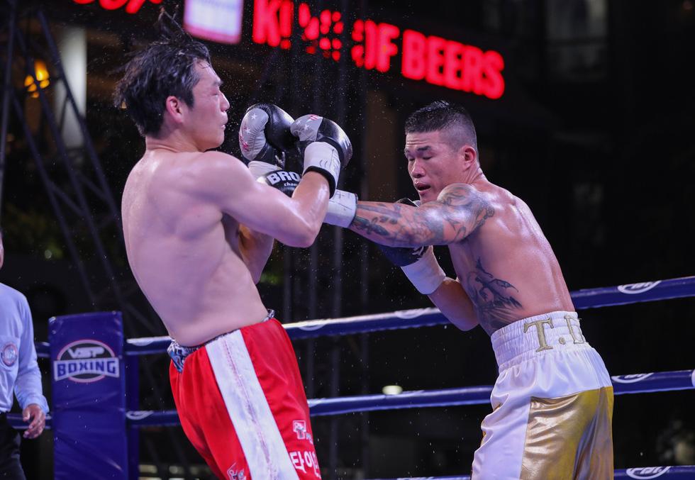 Đánh bại võ sĩ Hàn Quốc, Trương Đình Hoàng giành đai WBA Đông Á - Ảnh 1.
