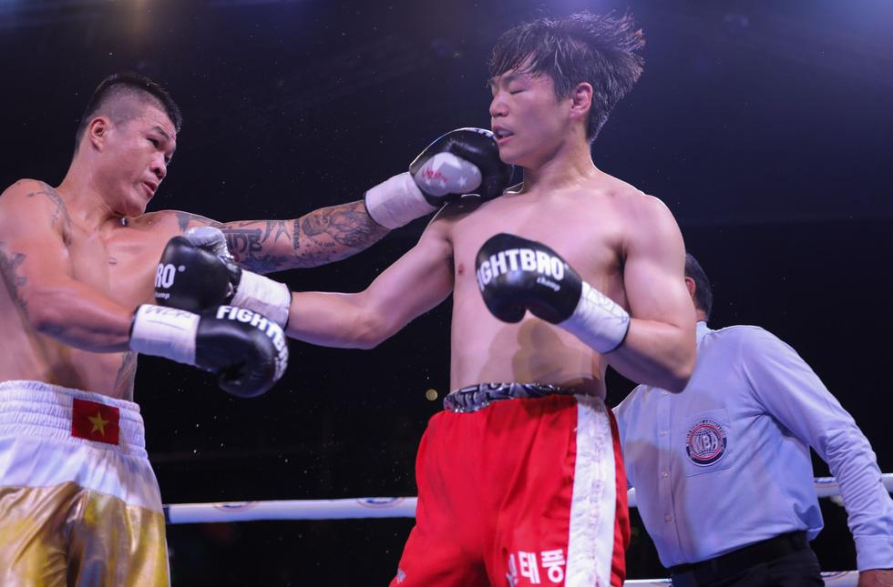 Đánh bại võ sĩ Hàn Quốc, Trương Đình Hoàng giành đai WBA Đông Á - Ảnh 2.