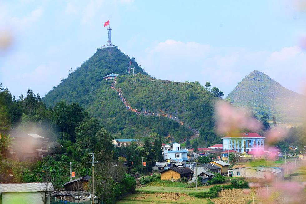 Phá núi xây khu du lịch tâm linh nơi cột cờ Lũng Cú - Ảnh 1.