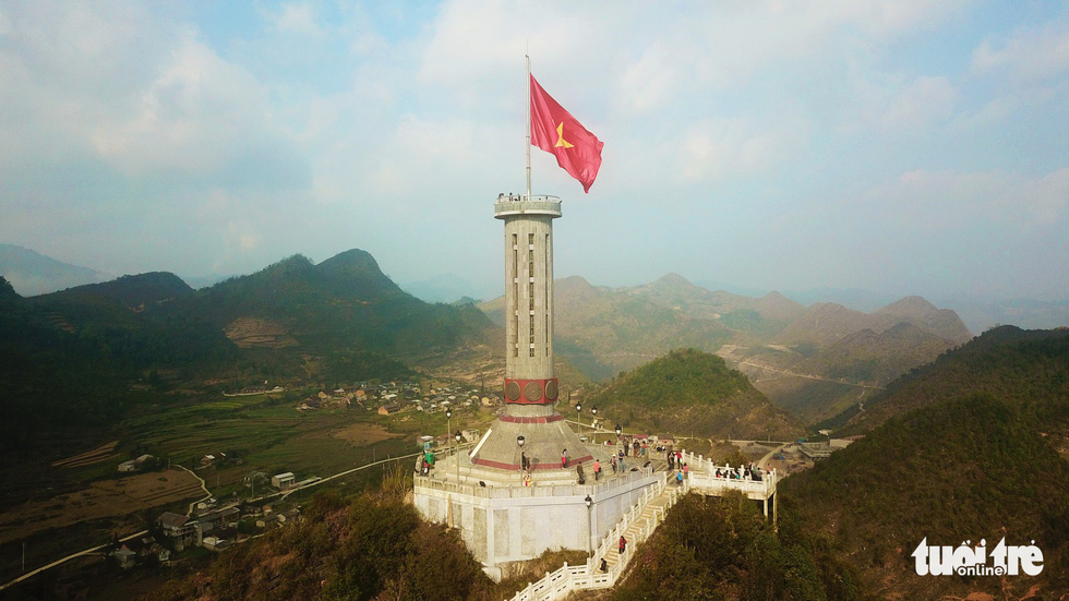 Vượt 400 bậc thang lên đỉnh cột cờ Lũng Cú - Ảnh 1.