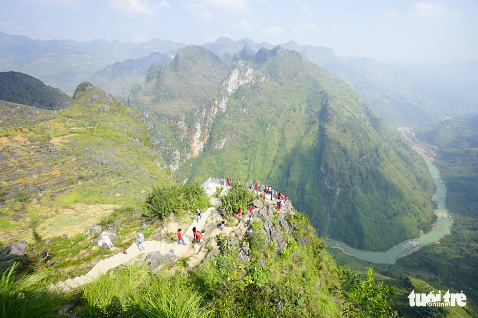 Vượt 400 bậc thang lên đỉnh cột cờ Lũng Cú - Ảnh 7.