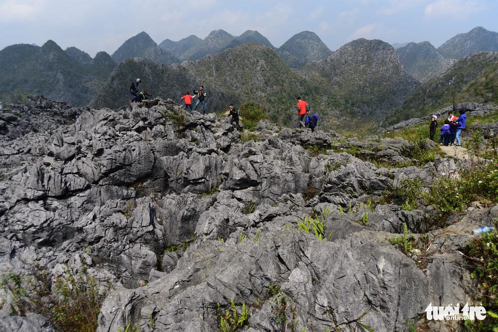 Vượt 400 bậc thang lên đỉnh cột cờ Lũng Cú - Ảnh 12.