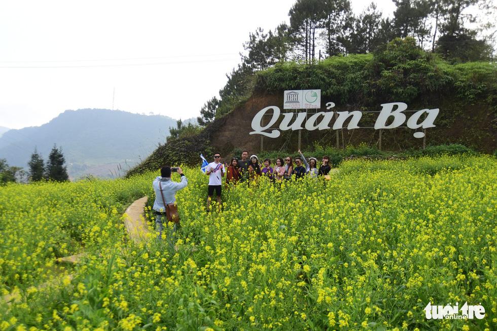 Vượt 400 bậc thang lên đỉnh cột cờ Lũng Cú - Ảnh 14.